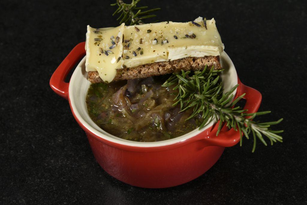 Zwiebelsuppe mit Brie